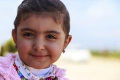 Lächeln des kleinen Mädchens mit undeutlichem Hintergrund lizenzfreies stockbild
