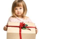 Lächeln des kleinen Mädchens und Halten der roten Geschenkbox auf weißem Hintergrund lizenzfreie stockbilder