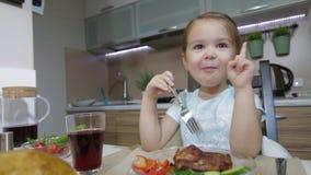 Lächeln des kleinen Mädchens und Zu Abend essen Familie stock footage