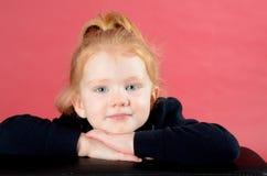 Lächeln des recht kleinen Mädchens Stockfotografie