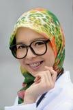 Schal-Mädchen mit den Klammer-Zähnen Stockfoto