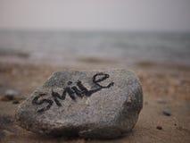 Lächeln durch den Strand Lizenzfreies Stockbild