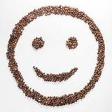 Lächeln formte die Kaffeebohnen, die auf weißem Hintergrund getrennt wurden Zusammensetzung für Bloggers, Designer, Website Stockfoto