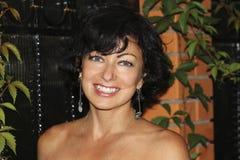 LÄCHELN-Frauen mit grauen blauen Augen Stockbilder