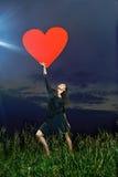 Lächeln, gelockter Tänzer, der auf grasartigem Feld aufwirft Lizenzfreies Stockbild
