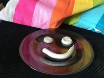 Lächeln gemacht mit Sauerrahm mit Liebe Stockbilder