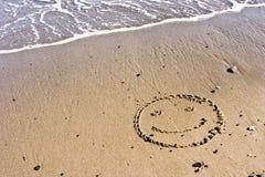 Lächeln im Sand Stockfotos