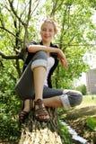 Lächeln jugendlich in einem Baum Lizenzfreie Stockfotografie