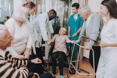 Lächeln krankenschwester Medizinischer Personal älter patient lizenzfreie stockfotos