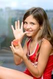 Lächeln-Mädchen essen Pfirsich stockfotografie