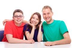 Lächeln mit drei Freunden lizenzfreies stockbild