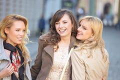 Lächeln mit drei junges schönes Damen lizenzfreie stockfotos
