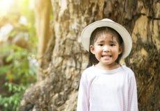 Lächeln mit müdem im Freien lizenzfreies stockbild