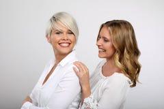 Lächeln mit zwei blondes Frauen Lizenzfreie Stockbilder