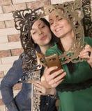 Lächeln mit zwei Freundinnen Stockbild