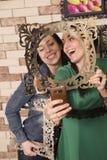 Lächeln mit zwei Freundinnen Stockfotografie