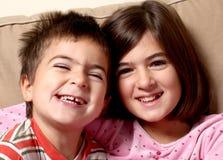 Lächeln mit zwei glückliches Kindern Lizenzfreie Stockbilder