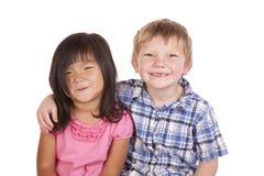 Lächeln mit zwei Kindfreunden Lizenzfreies Stockbild