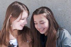 Lächeln mit zwei schönes jugendlich Freundinnen Lizenzfreies Stockbild