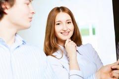 Lächeln mit zwei Studenten Stockbild