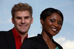 Lächeln mit zwei Teammitgliedern Lizenzfreies Stockfoto