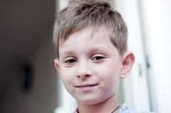 Lächeln, nettes altes Jungenfünfjahresportrait Lizenzfreies Stockfoto