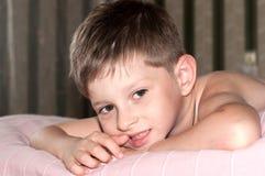 Lächeln, nettes altes Jungenfünfjahresportrait Lizenzfreie Stockfotos