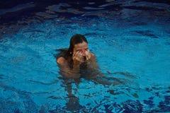 Lächeln am Pool Stockfotos
