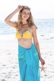 Lächeln recht blond im Bikini, der einen Starfish hält Lizenzfreie Stockfotos