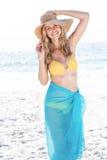 Lächeln recht blond im Bikini, der Kamera betrachtet Stockfotografie