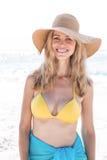 Lächeln recht blond im Bikini, der Kamera betrachtet Lizenzfreie Stockbilder