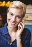 Lächeln recht blond am Telefon Lizenzfreie Stockfotografie