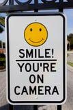 Lächeln sind Sie auf Kamera-Sicherheits-Zeichen Stockfotografie