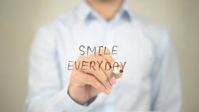Lächeln täglich, Mann-Schreiben auf transparentem Schirm Stockbilder
