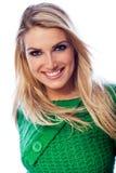 Lächeln und überzeugte schöne blonde Frau Stockbilder