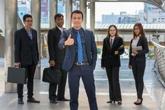 Lächeln und überzeugtes asiatisches Geschäft Team Standing in moderner Verdichtereintrittslufttemperat lizenzfreies stockfoto