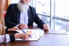 Lächeln- und Aktienrat der erfahrenen Geschäftsmänner im Ruhestand mit Ne Stockbilder