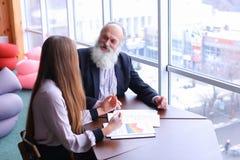 Lächeln- und Aktienrat der erfahrenen Geschäftsmänner im Ruhestand mit Ne Lizenzfreies Stockbild