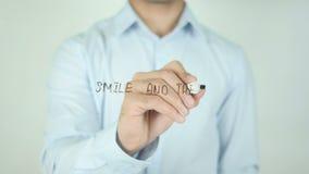 Lächeln und die Welt lächelt mit Ihnen und schreibt auf transparenten Schirm stock video footage