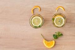 Lächeln und Gläser und Orangen lizenzfreie stockfotografie