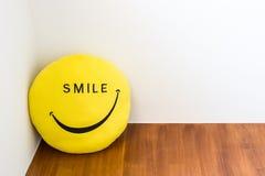 Lächeln- und Glückkonzept mit Lächelnpuppe Stockfoto