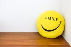 Lächeln- und Glückkonzept mit Lächelnpuppe Lizenzfreies Stockfoto