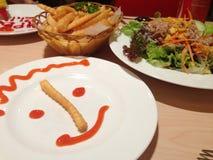 Lächeln und Lebensmittel lizenzfreie stockfotos