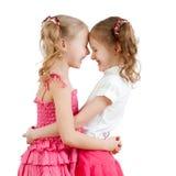 Lächeln und nette Mädchen, beste Freunde umarmend. Lizenzfreies Stockfoto