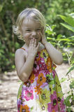 Lächeln unter dem Grün Stockfotografie