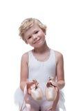 Lächeln wenig blonde Aufstellung mit pointe Schuhen Lizenzfreie Stockfotografie