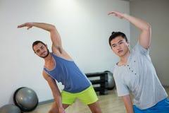 Lächeln zwei Männer, die Aerobic-Übung tun Stockfotos