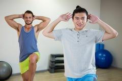 Lächeln zwei Männer, die Aerobic-Übung tun Stockfoto