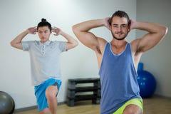Lächeln zwei Männer, die Aerobic-Übung tun Stockfotografie