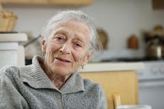 Lächelnde ältere Frau stockfotos